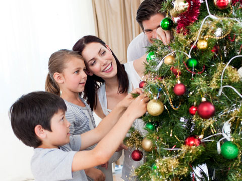 family decorating tree sl